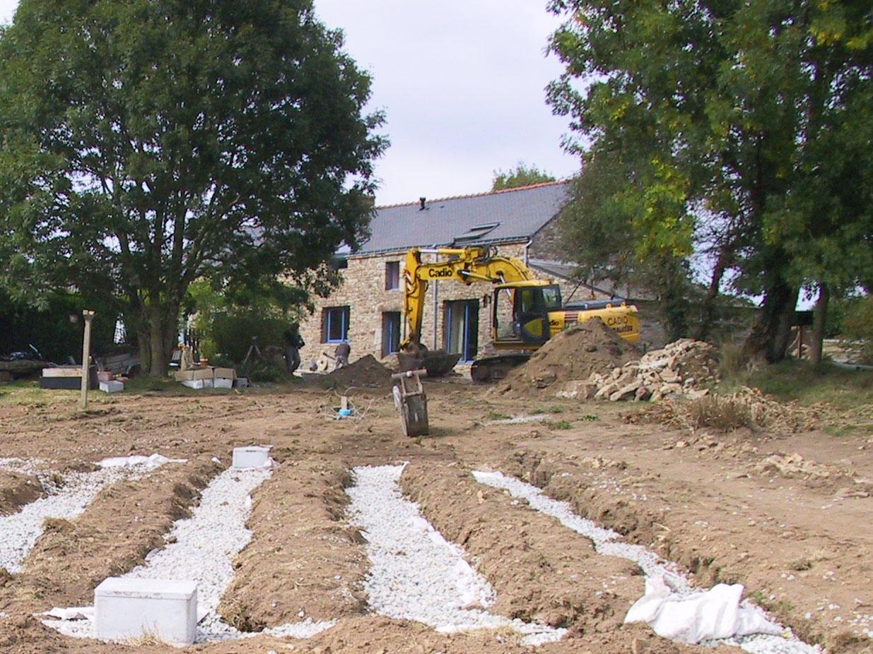 Photo d'un assainissement autonome sur terrain devant une maison